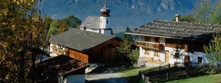 Das Dörfchen Wamberg mit fantastischem Bergpanorama