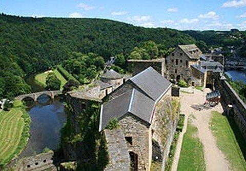 Le château du XIIIe siècle est situé au-dessus de Bouillon