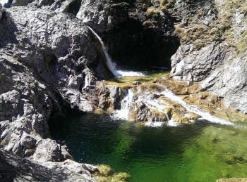 Immer wieder staut sich entlang der Route das Wasser in solchen Tümpeln. Perfekt zum Canyoning.