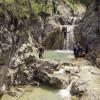 Wer Abenteuer liebt, der ist beim Canyoning an den Wasserfällen genau richtig.