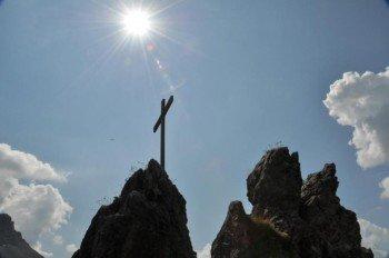 """Vom 2.000 Meter hohen """"Spitzigen Stein"""" kannst du den Ort Warth überblicken"""