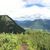 Panoramablick vom Feuerkogel ins Tal nach Bad Ischl. Links ist das Gipfelkreuz der Katrin zu sehen.