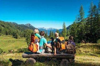 Familie mit Blick in Richtung Zauchenseetal