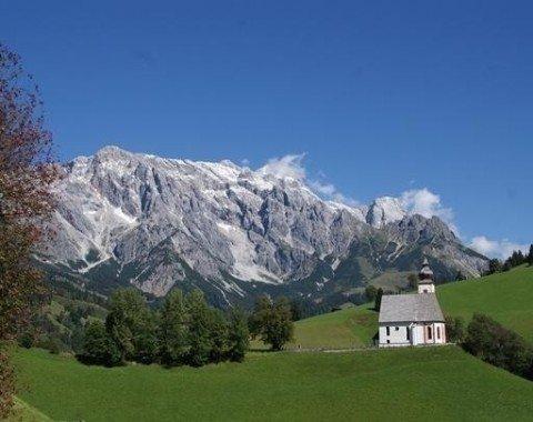 Die Bergkirche von Dienten vor traumhafter Kulisse des Hochkönigs