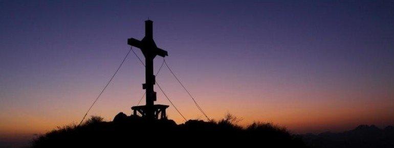 Das Gipfelkreuz des Schuflickers bei Dämmerung