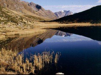 Blick auf den idyllischen Bergsee
