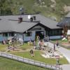 Einkehr in der Gamskogelhütte. Dort gibt es auch einen großen Spielplatz.