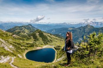 Einen besonders guten Blick auf den See hast du vom erhöhten Höhenweg.