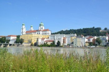 Ausblick vom Innufer auf die Passauer Altstadt und den Dom.
