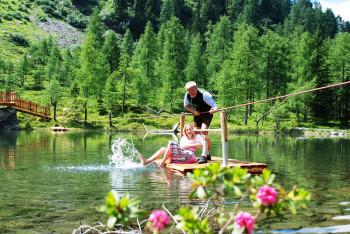 Auf einem kleinen Floß kannst du dich über den Untersee ziehen.