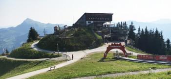 Direkt in der Bergstation der Hahnenkammbahn liegt das Restaurant Hochkitzbühel mit seiner großen Panoramaterrasse.