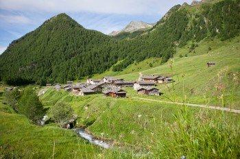 Die Fane Alm auf 1.739 Metern ist das Ziel des Milchsteigs. Das urige Almdorf liegt oberhalb von Mühlbach im Valsertal.