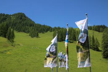 Startpunkt der Wanderung ist an den wehenden Fahnen an der Talstation der Gamskogelbahn in Zauchensee.