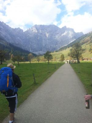 Die ersten Meter vom Parkplatz zum Almdorf Eng geht es leicht auf einem flachen Feldweg bergauf