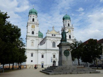 Der Passauer Dom liegt auf dem höchsten Punkt der Altstadt und dominiert das Stadtbild.