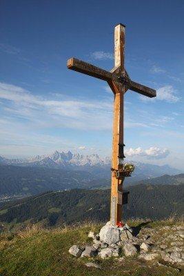 Vom Gipfelkreuz hast du einen tollen Blick auf das Dachsteinmassiv.