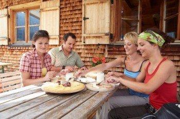 Die Terrasse der Parpfienzalpe bietet eine tolle Möglichkeit für eine ausgedehnte Pause