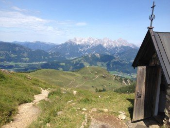 Von der kleinen Kapelle am Wildsee hat man einen traumhaften Blick auf die Loferer und Leoganger Steinberge.