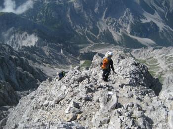 Am Grat musst Du Dich mit einem Klettersteigset sichern. Beim Abstieg ist ein Helm Pflicht.