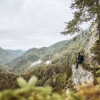 Genieße immer wieder tolle Ausblicke entlang des Trails.