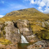 Zahlreiche Wasserfälle wie hier in Glencoe begleiten dich