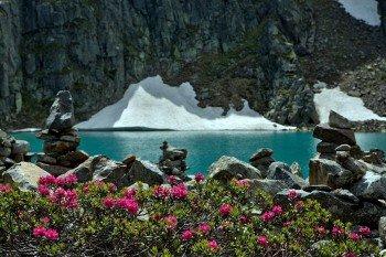 Steinmännchen an der Blauen Lacke: Der türkisblaue Bergsee liegt auf einer Höhe von 2.289 Metern.