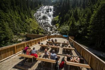 Auf der Aussichtsplattform am Grawa Wasserfall kannst du herrlich auf Liegebänken aus Holz entspannen.
