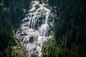 Etwa 180 Meter stürzt das Wasser des Grawa Wasserfalls in die Tiefe.