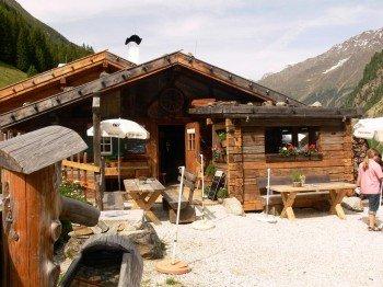 Auf der Grawa Alm kannst du verschiedene Spezialitäten der Tiroler Küche genießen.