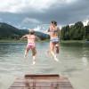 Ein Sprung in den Lauenensee zur Abkühlung.