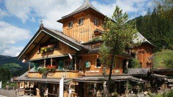 In einem traditionellen Holzhaus warten über 1000 Quadratmeter Ausstellungsfläche rund um den Rohstoff Holz auf Besucher.