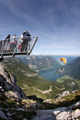 Die Aussichtsplattform ist nach einem rund 20-minütigen Fußweg von der Bergstation Krippenstein der Dachsteinseilbahn erreichbar.