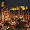 Der Adventsmarkt Füssen findet im barocken Innenhof des Klosters St. Mang statt. Im Hintergrund sieht man das beleuchtete Schloss Hohenschwangau.