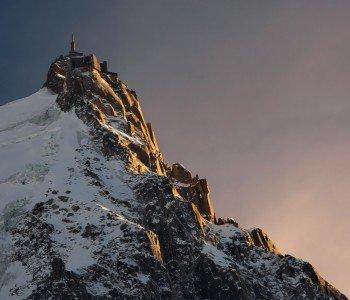 Die Aiguille du Midi ragt 3.842 Meter in die Höhe und eröffnet einen herrichen Blick auf den Mont Blanc.