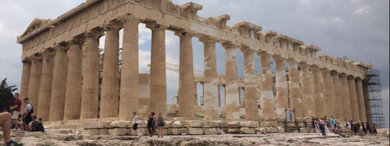 Blick auf die Überreste des Parthenon auf der Akropolis.