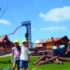 Spiel und Spaß auf der Kids Farm. Im Hintergrund siehst du die Achterbahn Sky Wheel.