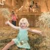 Kinder zwischen 3 und 10 Jahren können sich im Heustock des Wiedemann-Hofs beim Heuhüpfen so richtig austoben.