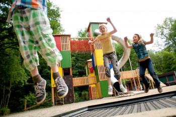 Im Waldspielplatz kannst du Trampolin springen und rutschen/klettern soviel du willst.