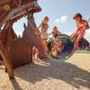 Die Älplerschaukel beim Spielplatz Abenteuer Alpe ist besonders beliebt bei Kindern.