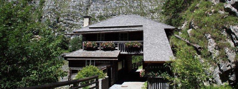 Die Alte Wacht am Taleingang ist heute Teil des Hüttschlager Talmuseums.