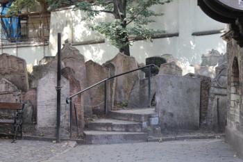 Rund 12.000 Grabsteine reihen sich hier eng aneinander.