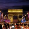 Der Triumphbogen wird nachts beleuchtet.
