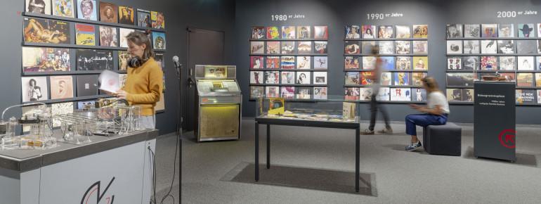 """Eine Auswahl der besten Covers gibt es in der """"Wir hören Vinyl"""" Ausstellung zu sehen."""