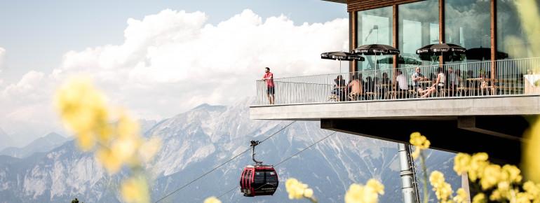 Von den Sonnenterrassen genießt du im Sommer traumhafte Ausblicke auf die Stadt Innsbruck.