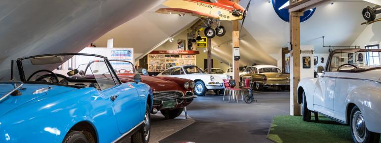Im Museum sind viele Fahrzeuge ausgestellt.