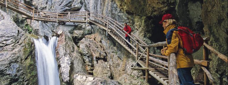Die Bärenschützklamm führt an Wasserfällen und schroffen Felsen vorbei.