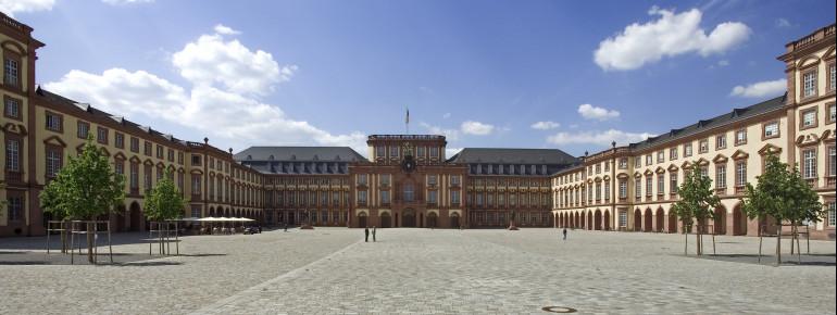 Die drei Flügel des Schlosses bilden den großen Ehrenhof.