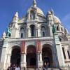 Imposant thront die Kirche auf einer Anhöhe mitten in Paris.