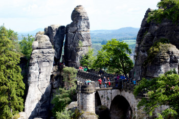 Über die Basteibrücke gelangst du zur Felsenburg.