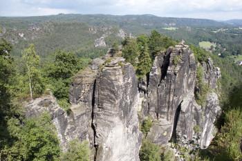 Von der Bastei hast du einen tollen Ausblick auf die markanten Felsen des Elbsandsteingebirges.